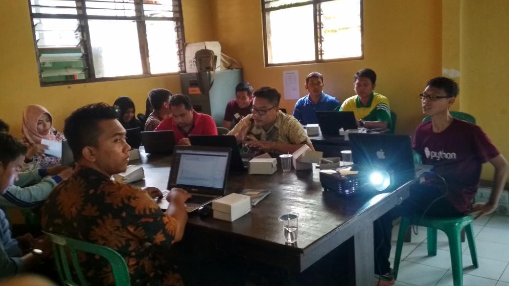 Pelatihan pengoptimalan pengelolaan Website desa Kecamatan Comal. ( sumber foto Twitter PUSPINDES)